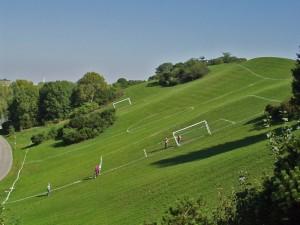 Fußballplatz am Hang