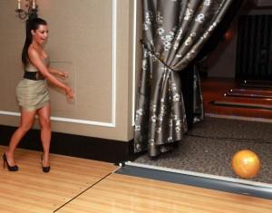 Kim Kardashian auf der Bowlingbahn